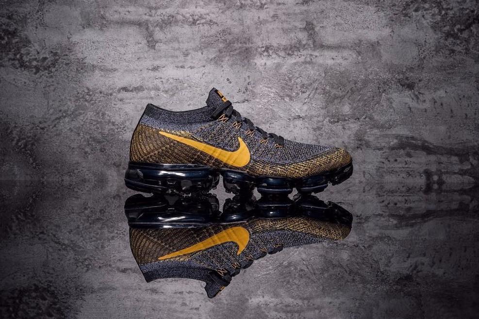 """今年Nike Air VaporMax的配色可谓是层出不穷,倒是给球鞋粉丝开了个""""人人都能穿得起""""通道。此番,鞋款采用黑色搭载黄色Flyknit材质构成,吸睛之处在于黄色的Logo给鞋款  ..."""