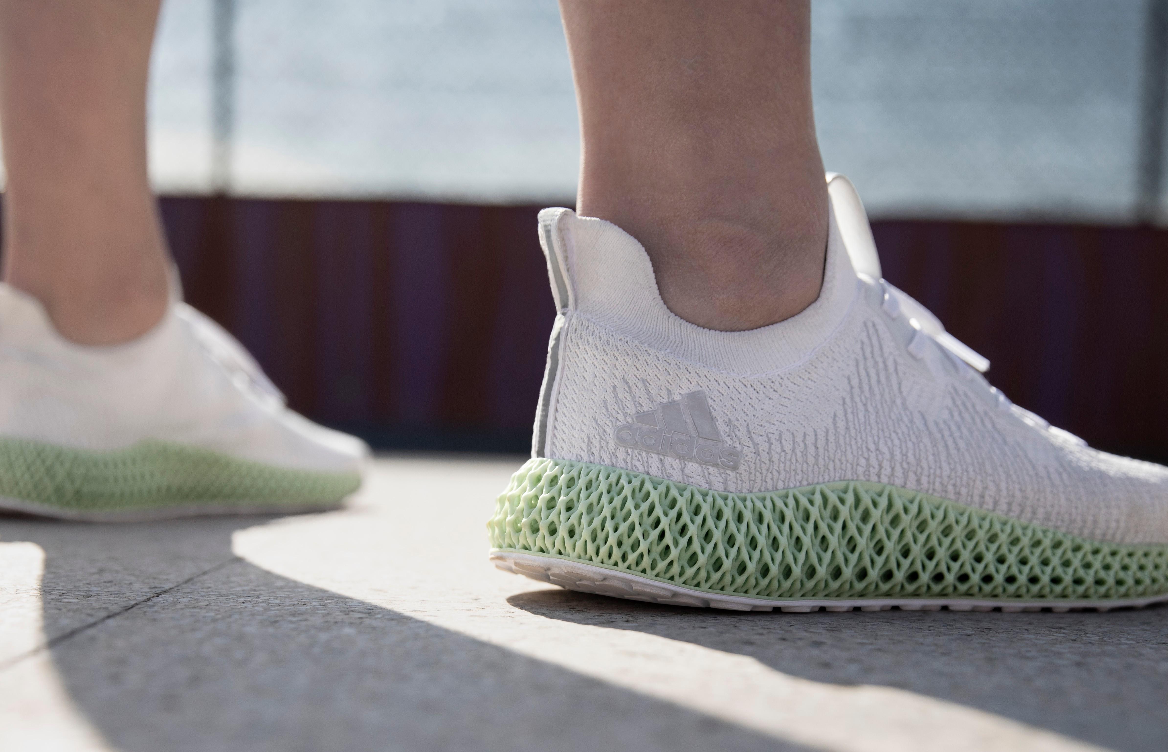 龙柒 穿梭矢量未来 adidas推出全新ALPHAEDGE 4D跑鞋